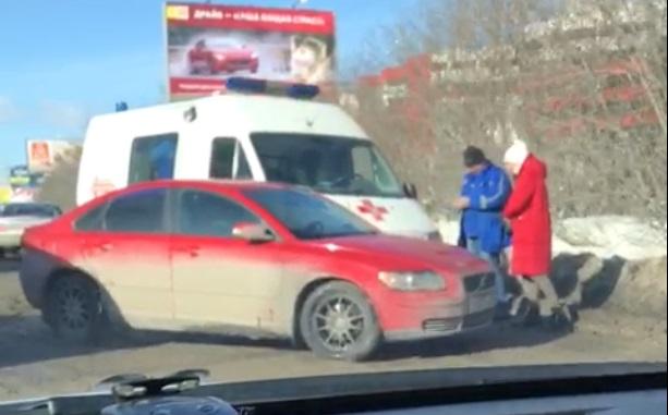 На Восточной столкнулись легковушка и машина скорой помощи, которая везла женщину в роддом