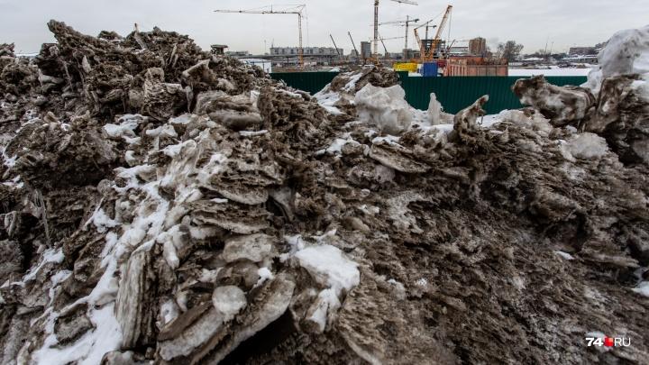 50 оттенков чёрного: неубранные сугробы на улицах Челябинска превратились в горы грязи и мусора