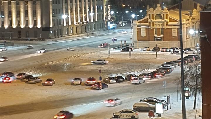Дрифтеры замучили жителей центра: каждую ночь устраивают «сходки» на площади Ленина