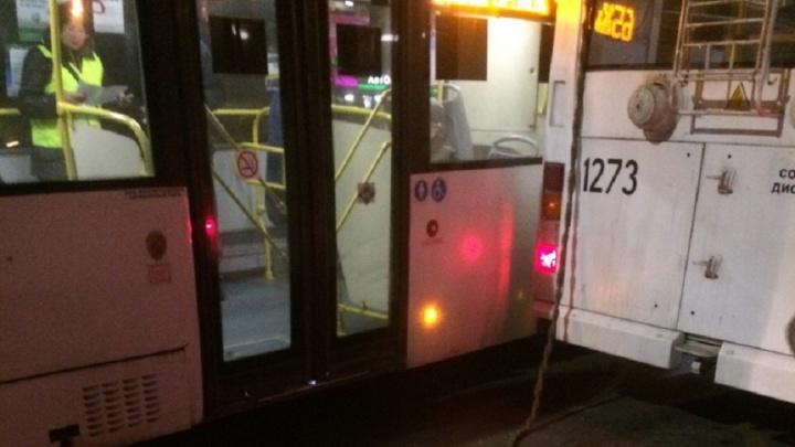 В Волгограде столкнулись автобус и троллейбус