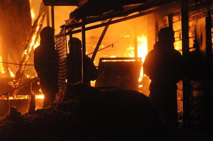 Огонь уничтожил дачу, баню и небольшую деревянную постройку —в ней и нашли погибшего мужчину