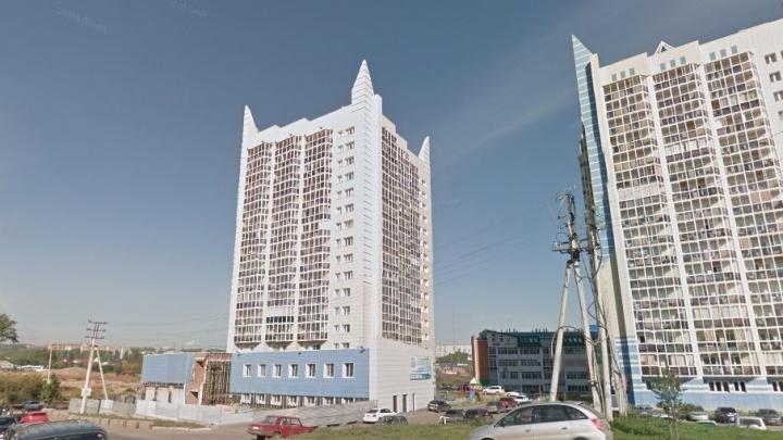 Мужчина пошел поговорить по телефону на балкон и выпал с 8-го этажа