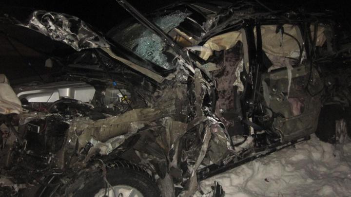 На тюменской трассе грузовик, выехав на встречку, расплющил внедорожник. Водитель— в реанимации