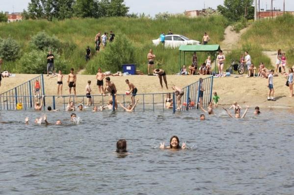 Короткое зауральское лето вынуждает курганцев пользоваться пляжами даже без их открытия