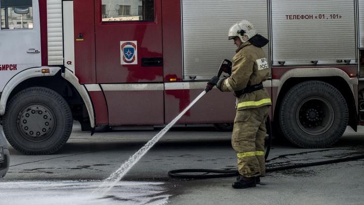 На Троллейном загорелся «Лексус»: в МЧС предполагают, что это был поджог