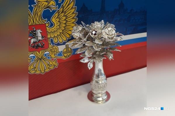 Чтобы ваза попала новоизбранному президенту в руки, а не в музей, ее сделали из серебра стоимостью менее 40 тысяч рублей