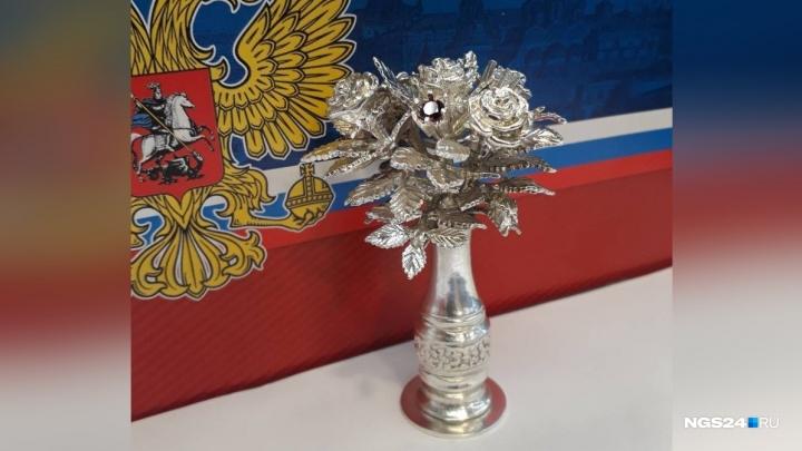 Ювелир из Красноярска дарит Путину серебряную вазу в честь победы на выборах
