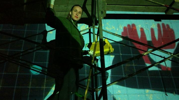 Уральская художница нарисовала на общежитии НГУ граффити о добрых лисятах