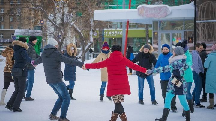 Сторонники трезвого Нового года устроили хоровод в Первомайском сквере