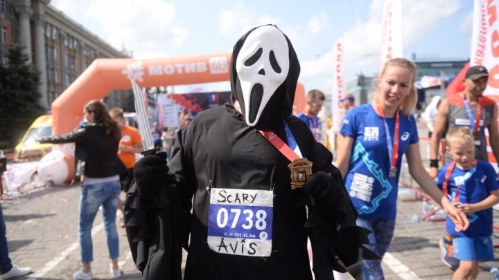 «Я стёр нос в кровь»: как парень в костюме маньяка из «Крика» пробежал 42 км на Урале