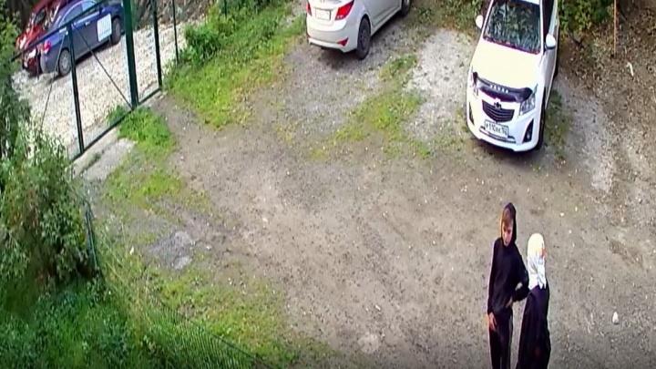 В Екатеринбурге попали на видео воришки, которые срезали кусачками велосипеды