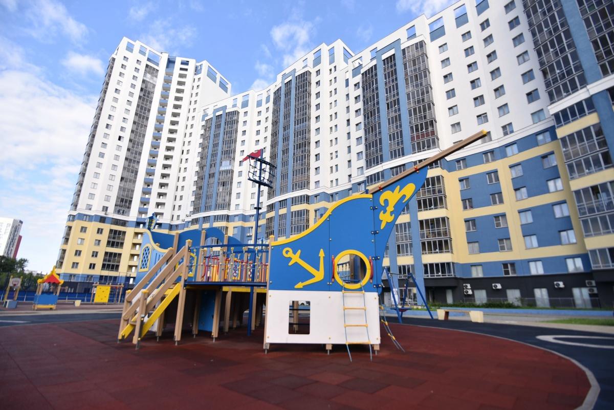 В игровых комплексах для детей установлено мягкое прорезиненное покрытие