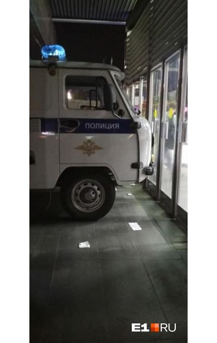 Чтобы сдерживать людей, пришлось использовать полицейскую машину