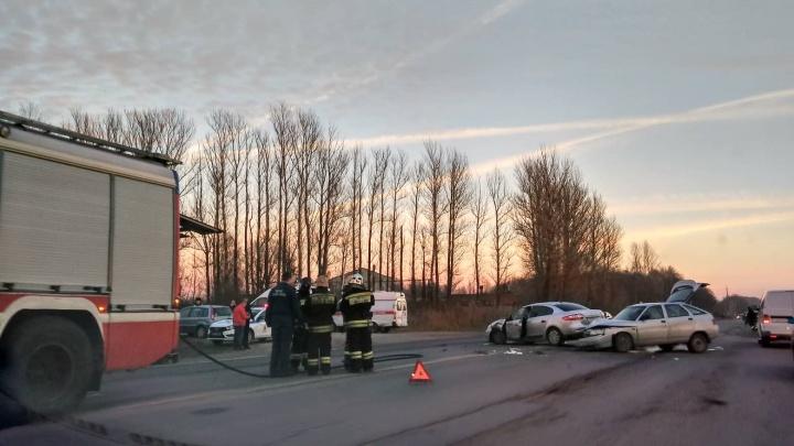 Шестеро пострадавших: на выезде из Ярославля столкнулись «Рено» и ВАЗ