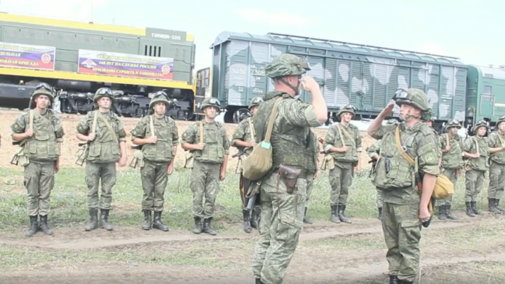 Вооруженные «боевики» обстреляли из автоматов движущийся поезд под Сызранью