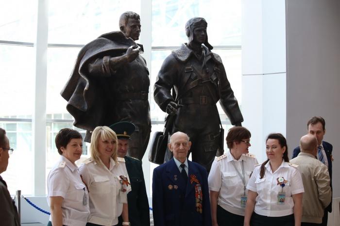 В аэропорту «Толмачёво» открыли новую скульптурную композицию