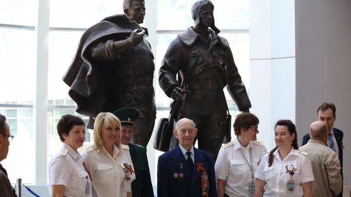 В аэропорт «Толмачёво» привезли скульптуру «Авиаторы»