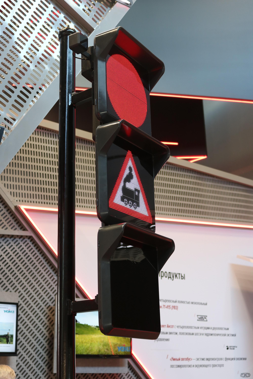 На новый светофор можно выводить дорожные знаки