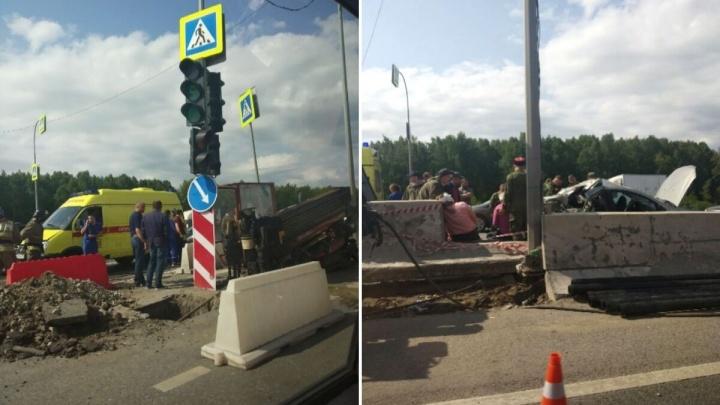 В Тюмени КАМАЗ врезался в легковушку, которая притормаживала перед светофором. Четверо пострадавших