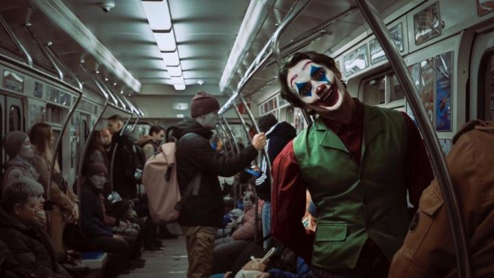 Золотая осень и Джокер в екатеринбургской подземке: выбираем лучшее фото дня октября на Е1.RU