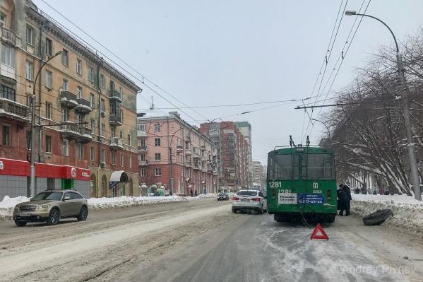 Читатель заметил, что потерявшееся колесо к троллейбусу прикатили двое мужчин