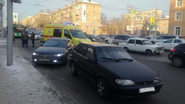 Ребёнок, молодой человек и девушка попали под колёса на улице Сибиряков-Гвардейцев