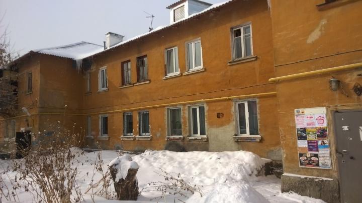 Капремонт не поможет: Мерзлякова попросила признать аварийным дом на Уралмаше, где обвалилась крыша