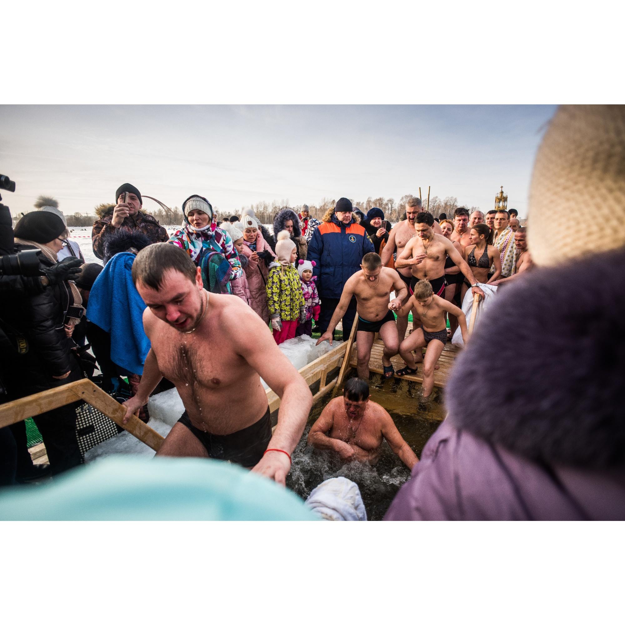 Спасатели пытались пускать купающихся по одному, но они торопились — и так замёрзли, пока стояли и ждали своей очереди