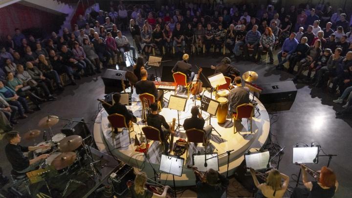 Видео: известная новосибирская группа сыграла необычный «круглый» концерт