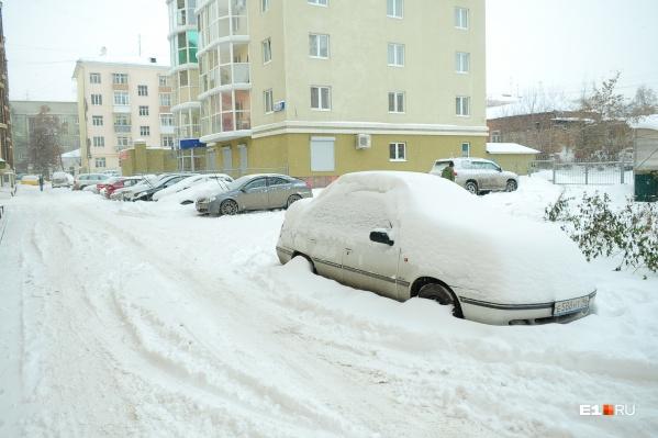 Брошенные на обочине машины создают помехи для снегоуборочной техники