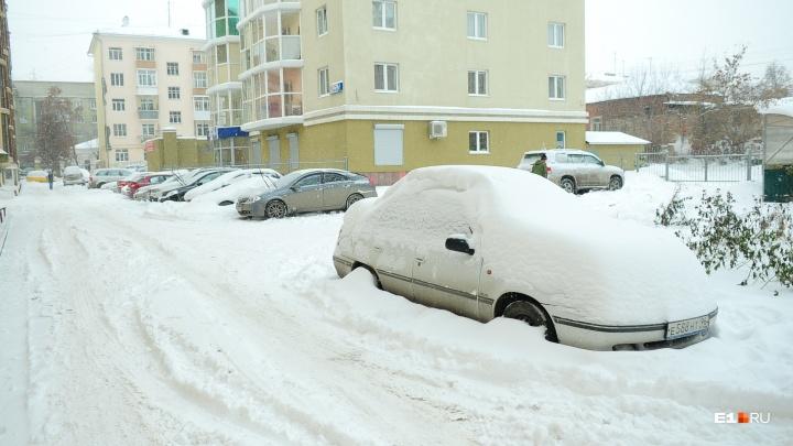 Вывезли 8 тысяч тонн, но могли больше: в мэрии просят водителей не мешать чистить Екатеринбург от снега