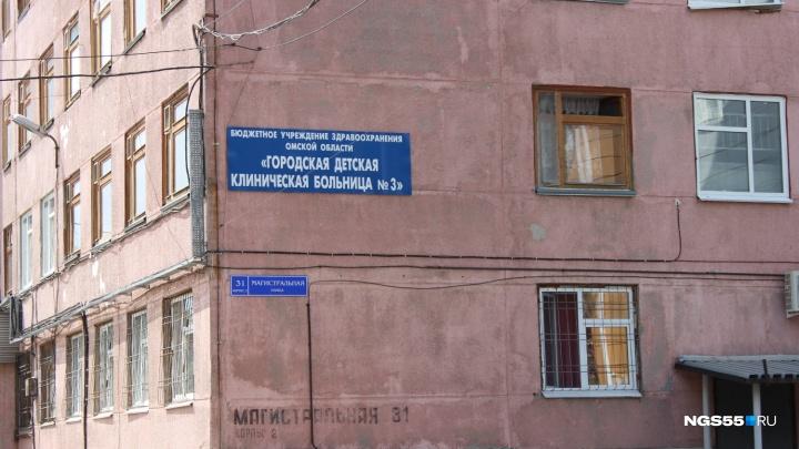 Омич так отшлёпал семимесячных детей-близнецов, что они попали в больницу