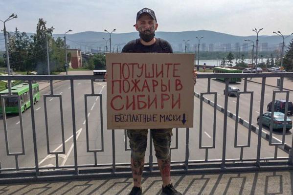 Николай предлагает бесплатно взять маску из коробки
