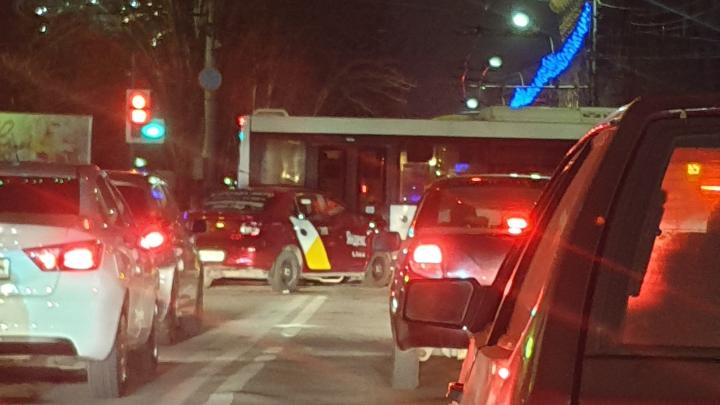 За час до Нового года: на злосчастном перекрестке в центре Волгограда столкнулись автобус и иномарка