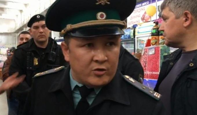 Уволен тюменский судебный пристав, выгонявший журналистов 72.RU во время закрытия рынка «На Минской»