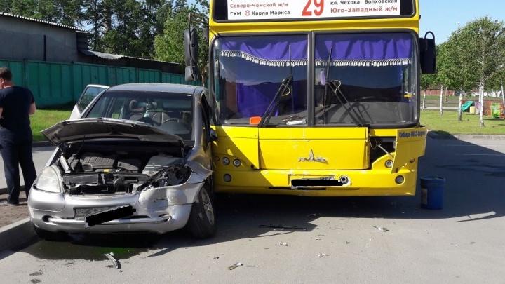 На парковке у «МЕГИ» автобус врезался в «Мерседес» с беременной женщиной