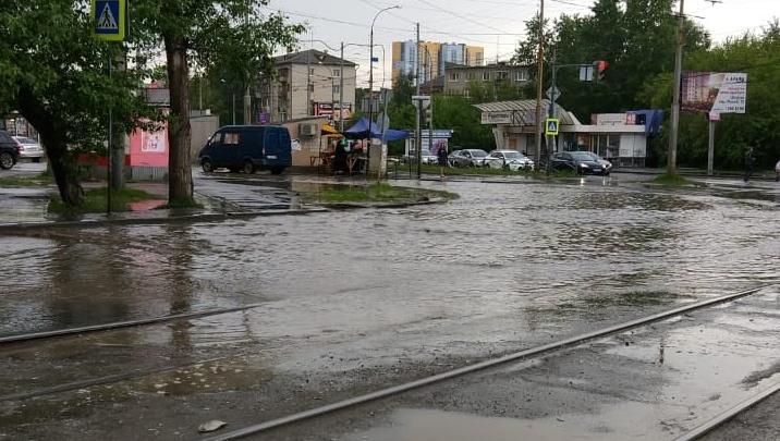 Пора пересаживаться на лодки: улицы Екатеринбурга затопило дождевой водой