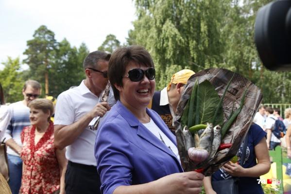 Ещё не 1 сентября, а начальник городского комитета по делам образования Светлана Портье уже получила букет