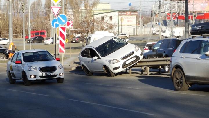 «Очень торопился на работу»: в Самаре на улице Авроры легковушка «оседлала» отбойник