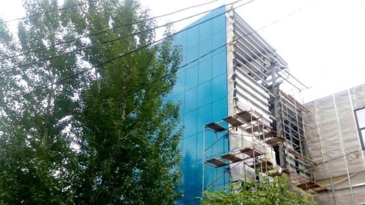 «Что здесь строят?»: на Рабиновича к осени обновят здание бывшего ресторана «Сибирские огни»