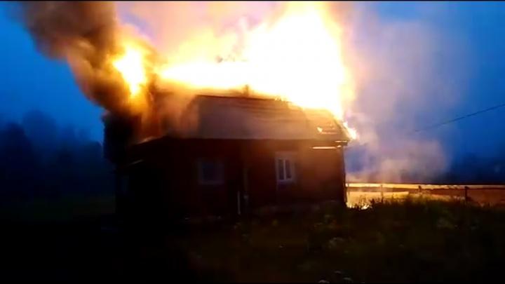 «Еще пять минут, и могли не проснуться»: в Башкирии сняли на видео, как горел дом гостей «У Каповой»
