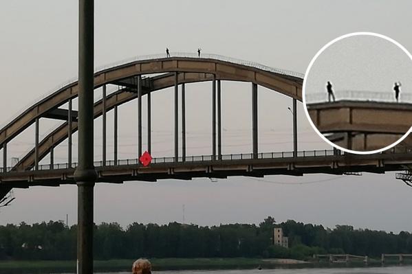 Люди залезли на высоту в 20 метров над Волгой