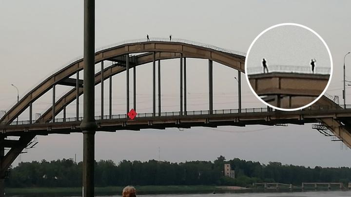 Всё ради селфи: в Рыбинске подростки залезли на верхушку моста