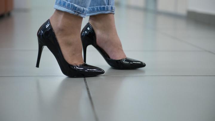 «Зачем в этих ботинках отверстия?»: обсуждаем женскую обувь с мужчинами