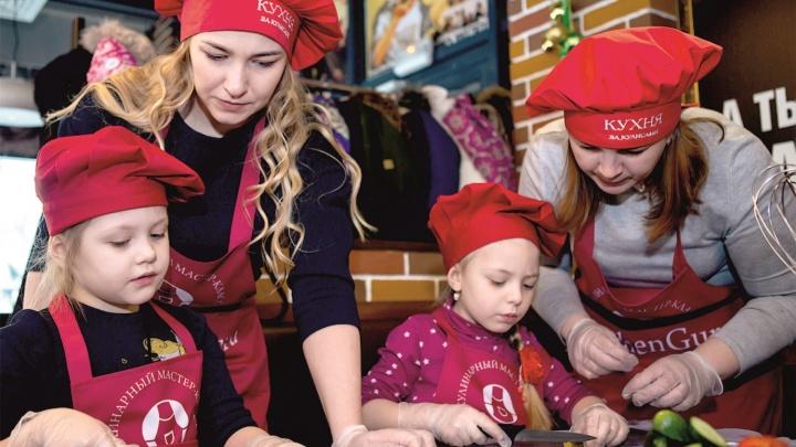 Секретный ингредиент раскрыт: шеф-повар показал детям, как готовить бургеры, а их мамам — лазанью