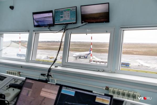 Перрон аэропорта с высоты вышки как на ладони