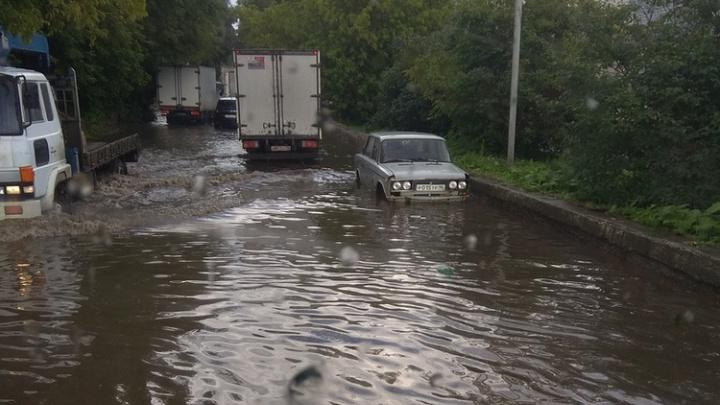 Теперь только вплавь: после сильного дождя улицы Екатеринбурга ушли под воду