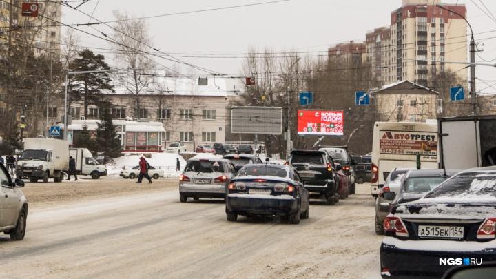 Самый глупый перекрёсток: на магистральной улице Новосибирска из четырех полос движения одна исчезла