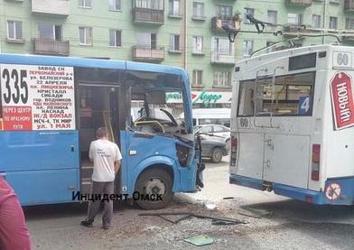 7 человек пострадали в столкновении маршрутки с троллейбусом на Красном Пути