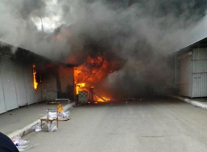 Пламя охватило несколько павильонов